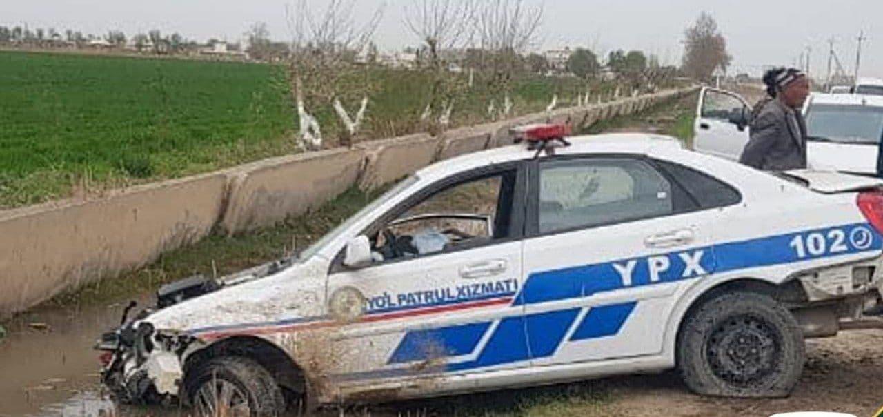 Автомобиль сотрудника ДПС упал в канаву в Сурхандарьинской области