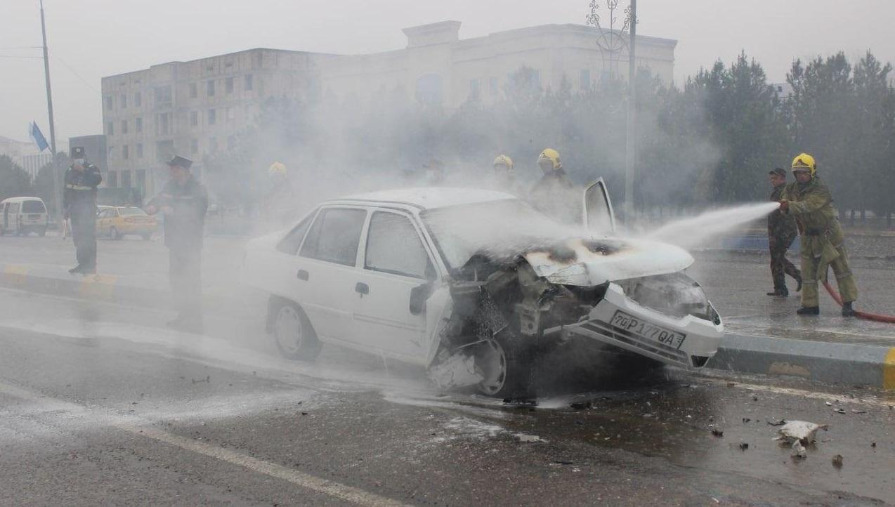 Загорелся автомобиль Nexia в центре Карши — видео