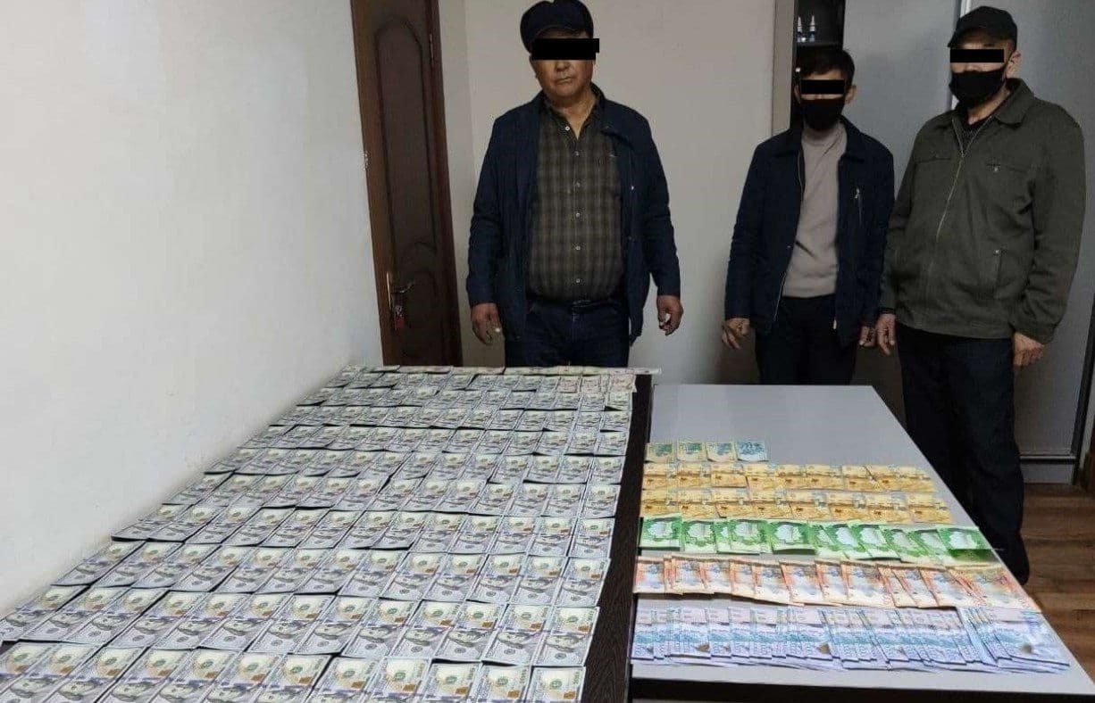 Мужчина пытался незаконно вывезти из Узбекистана более 14 тысяч долларов