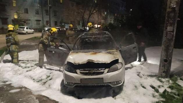 В Яшнабадском районе столицы сгорел автомобиль Lacetti – фото, видео