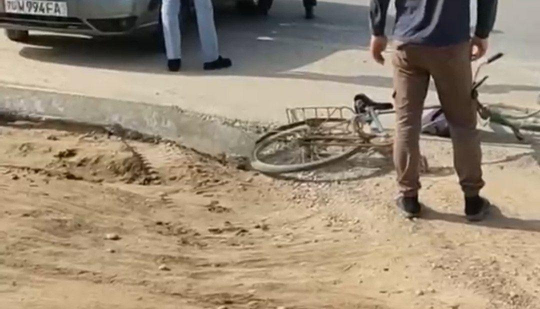 В Кашкадарье велосипедист врезался в личный автомобиль сотрудника ДПС — видео