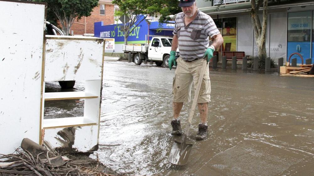 Лопаты, ведра, грязь: как проходит генеральная уборка в Австалии после наводнения — фото