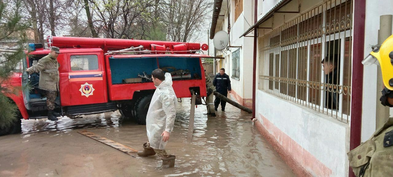 Некоторые улицы Самарканда затопило из-за проливных дождей — видео