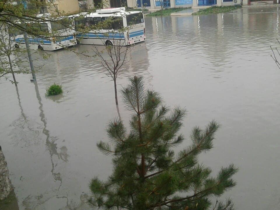 Улицы Самарканда затопило из-за дождей — видео