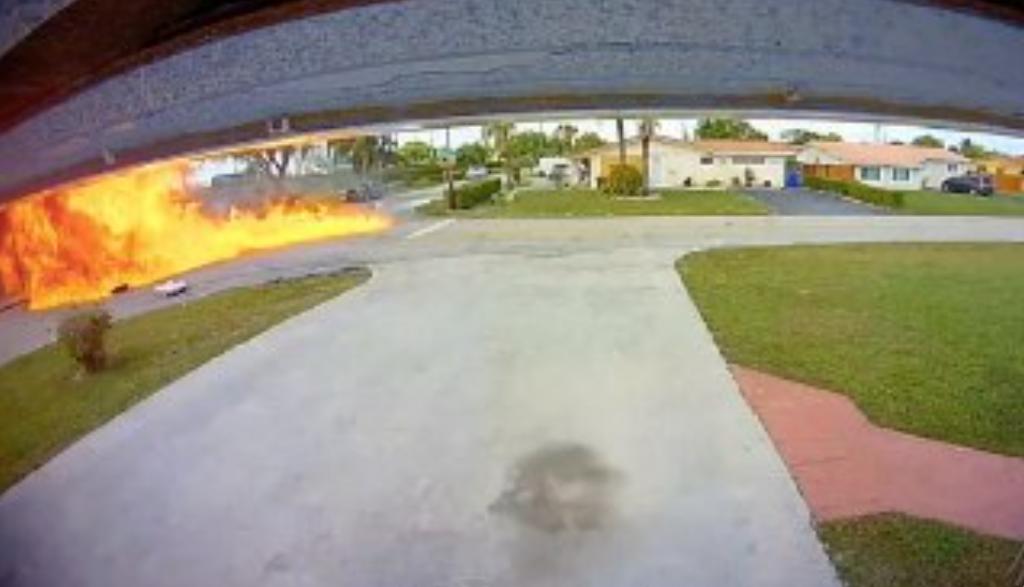 В США легкомоторный самолет влетел в автомобиль — видео