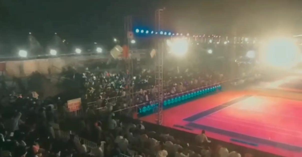 Около ста человек пострадали при обрушении трибуны в Индии — видео