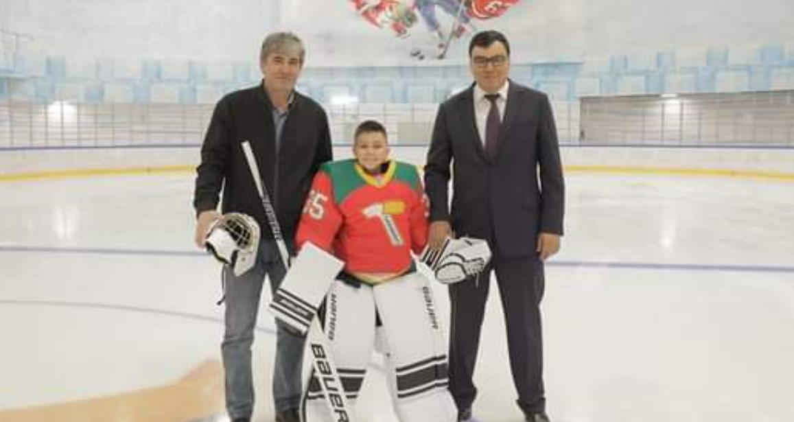 Вице-премьер Узбекистана вручил школьнику сертификат на приобретение хоккейной формы