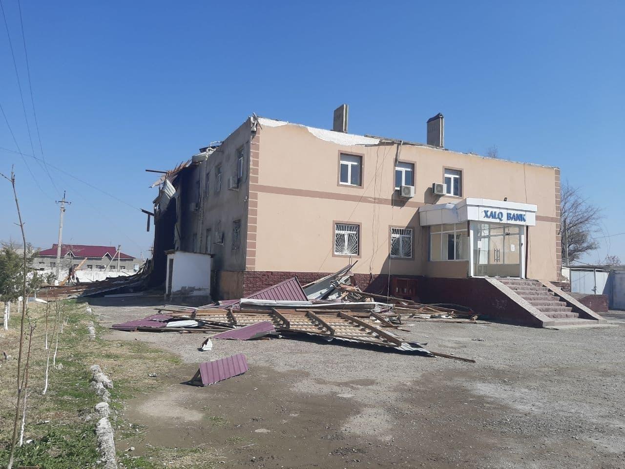 Сильный ветер снес крышу здания в Сырдарье — видео