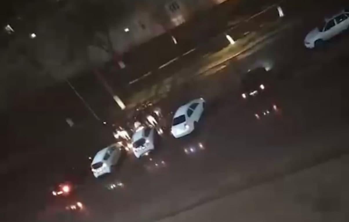 В Алмалыке ночью пять машин устроили беспорядки на дорогах — видео