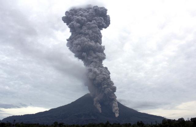 В Индонезии произошло извержение вулкана Синабунг — видео