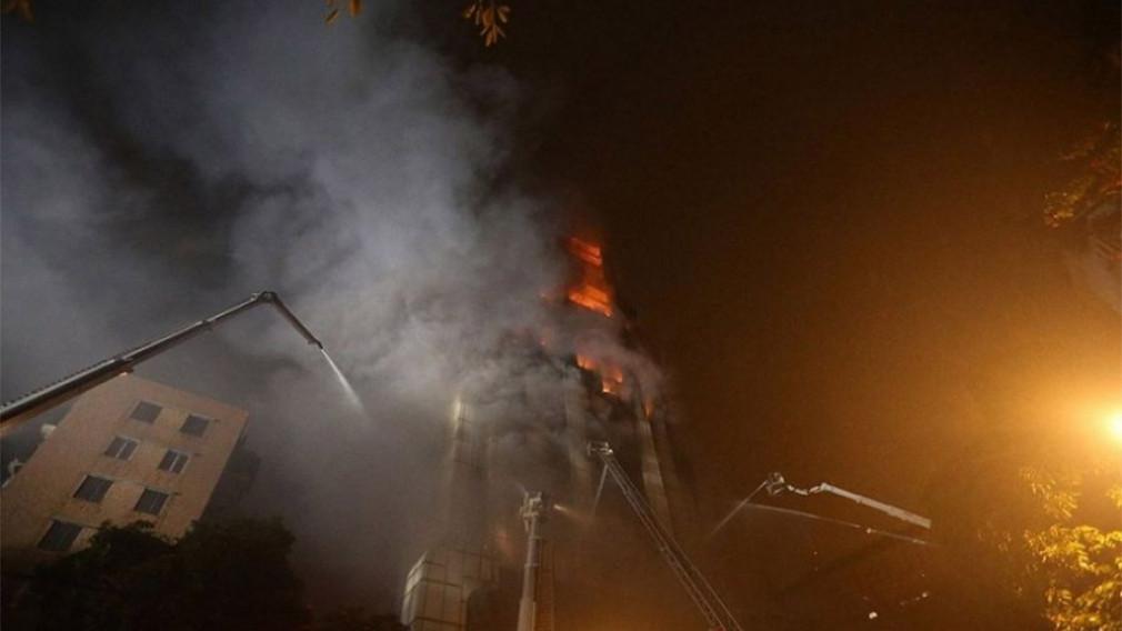 В Китае загорелся 26-этажный небоскреб — видео