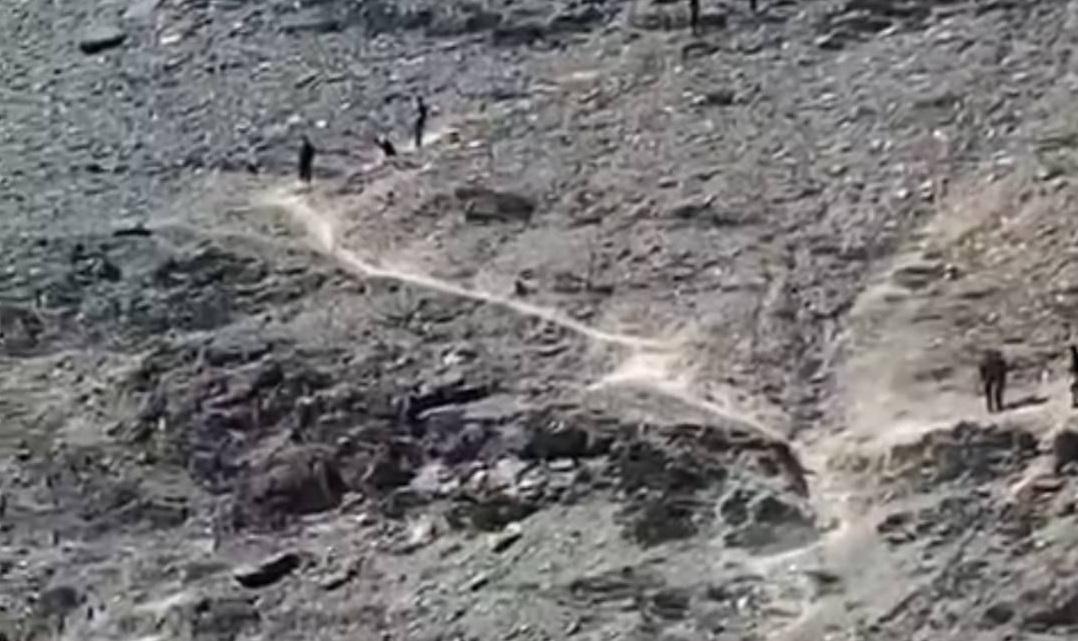 В Каракалпакстане 19-летний парень упал с горы, делая селфи — видео