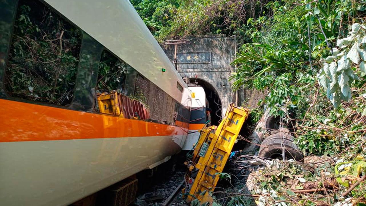Пассажирский поезд сошел с рельсов на Тайване – видео