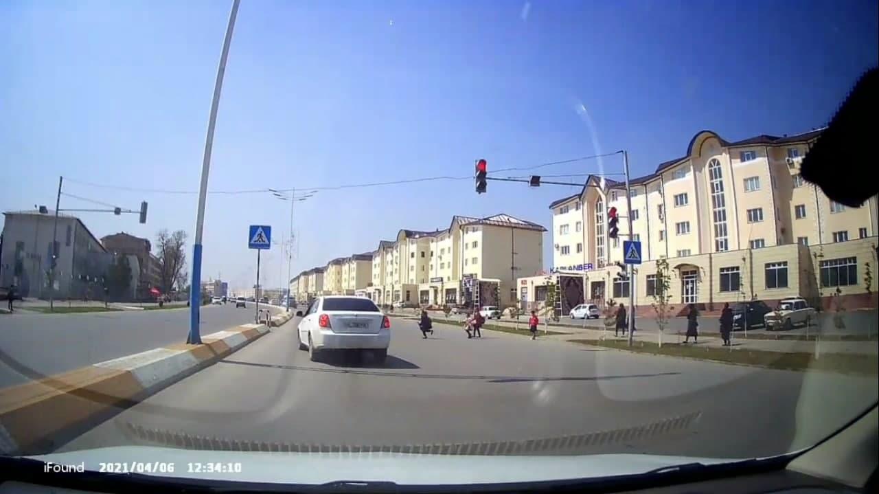 Водитель Lacetti чуть не сбил школьников в Намангане — видео
