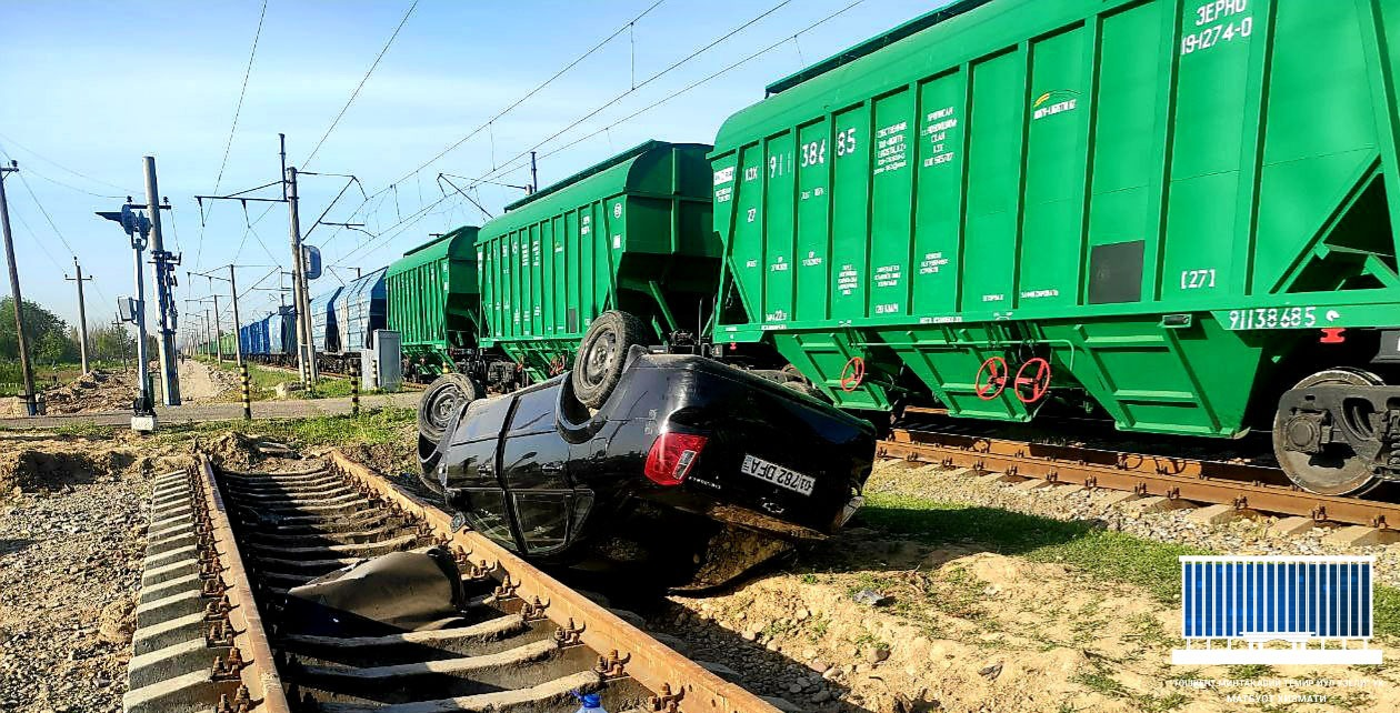В Ташкенте Lacetti врезался в грузовой поезд и перевернулся