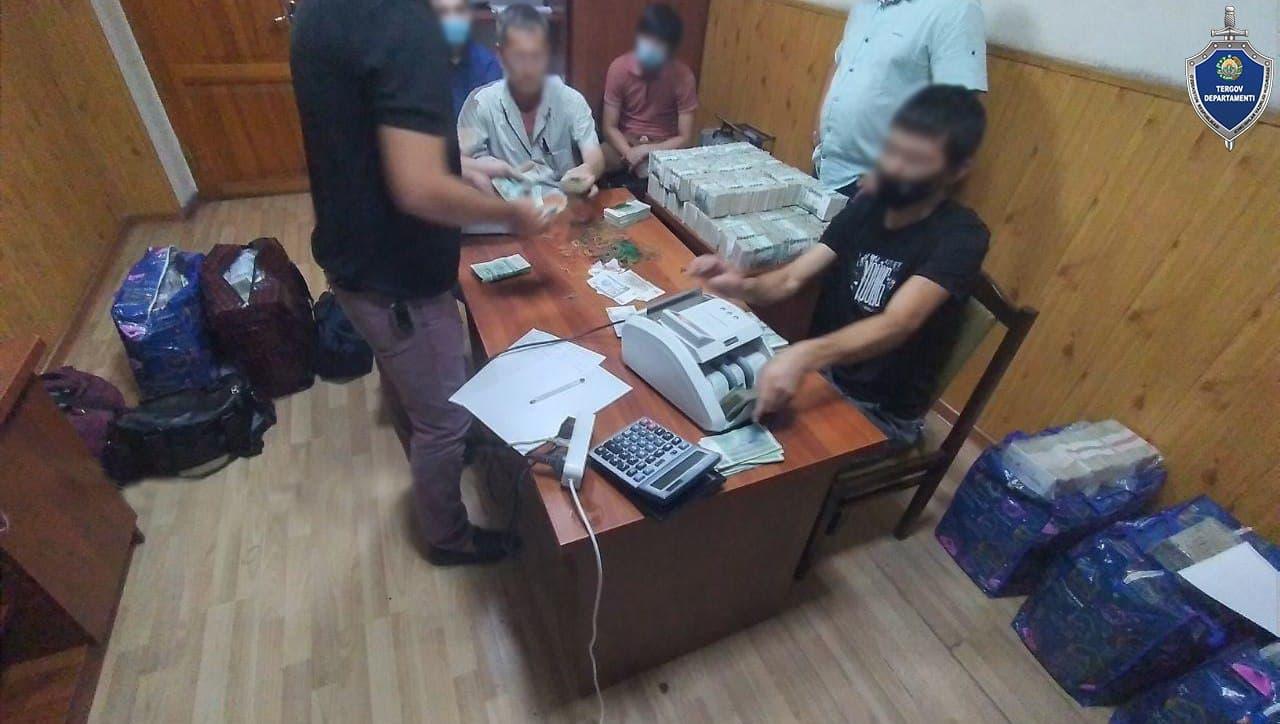 В Ташкенте группа мужчин украла у предприятия более двух миллиардов сумов и 25 тысяч долларов