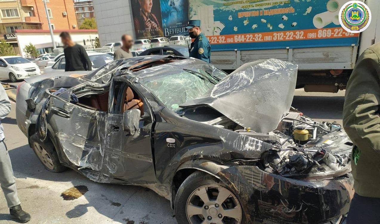 В Яккасарайском районе столицы произошло ДТП с участием трех автомобилей и пассажирского автобуса — фото