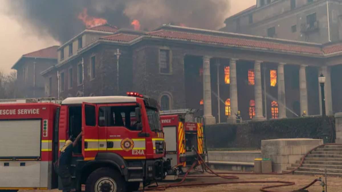 В ЮАР уже второй день бушует пожар — видео