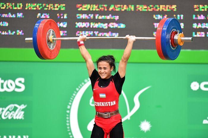 Узбекская спортсменка Муаттар Набиева завоевала две медали в чемпионате Азии по тяжелой атлетике