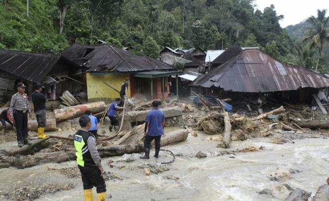 В Индонезии погибло около 70 человек в результате наводнений и оползней