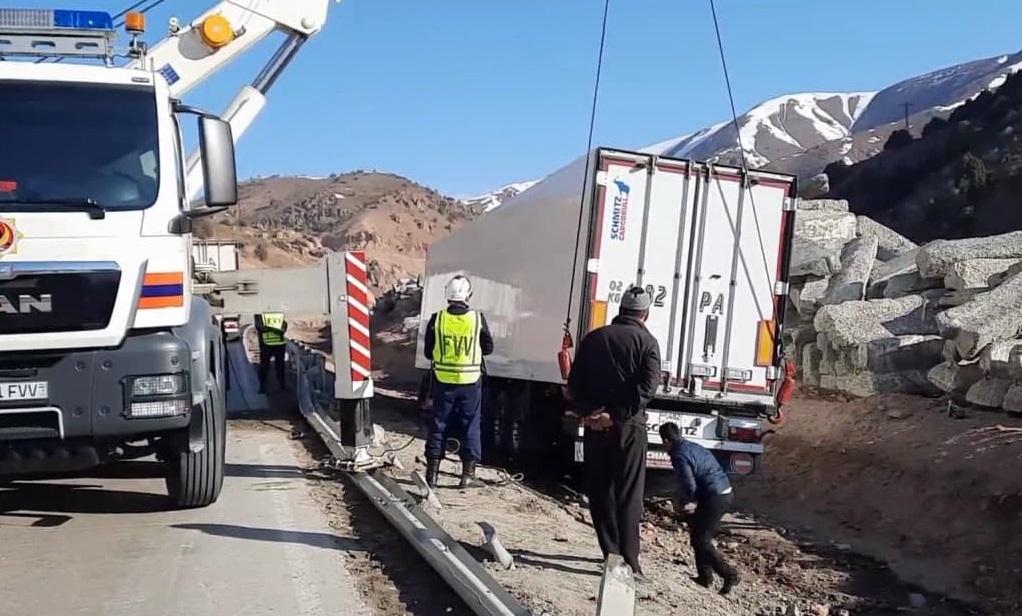 Грузовик Volvo упал в канаву в Ферганской области — видео