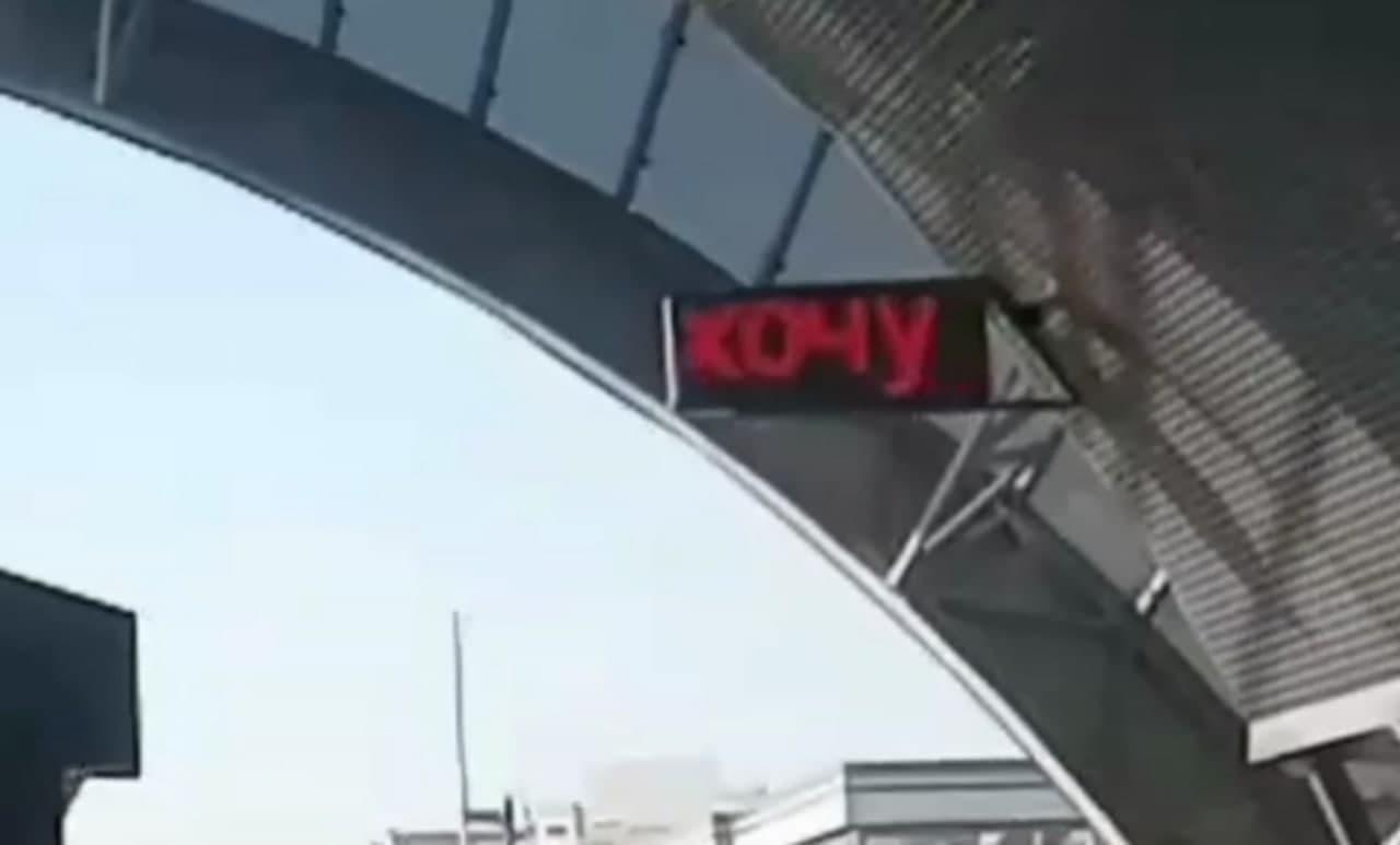 В ташкентском метро взломали табло часов и написали неприличную надпись — видео