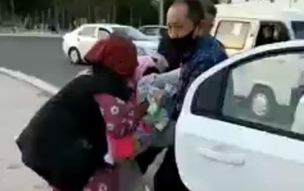 Протащивших женщину по земле работников налоговой уволили