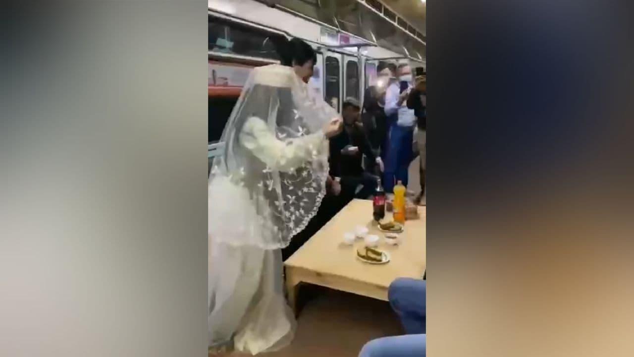 Устроивших свадьбу в метро тиктокеров оштрафовали