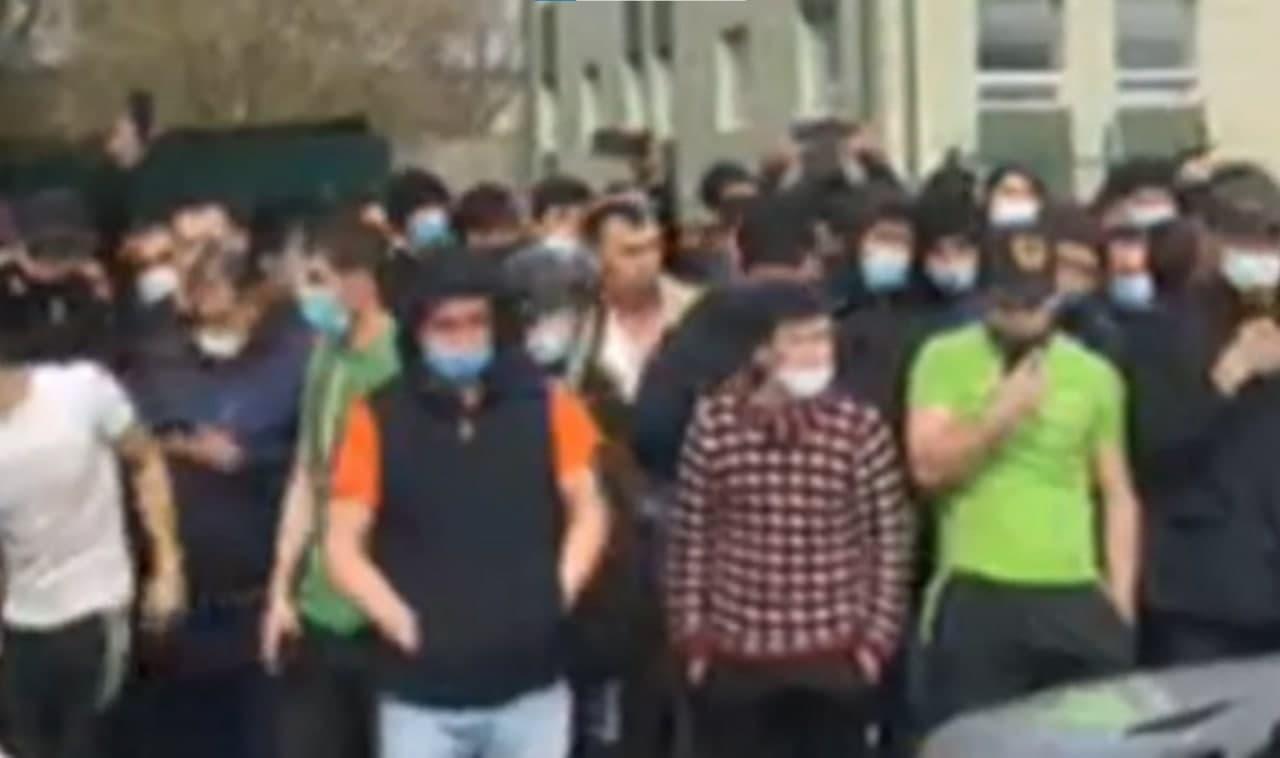 Узбекские мигранты организовали протест в России из-за длительного карантина — видео