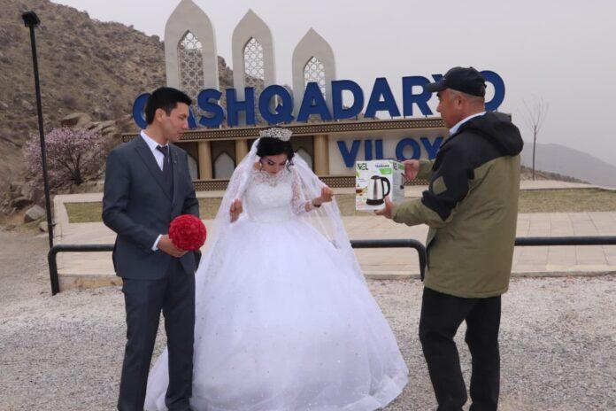 В хокимияте Кашкадарьинской области объяснили, почему глава региона подарил молодоженам электрочайник