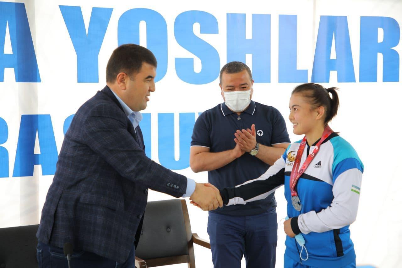 Хоким Наманганской области подарил спортсменке швейную машину и двух баранов