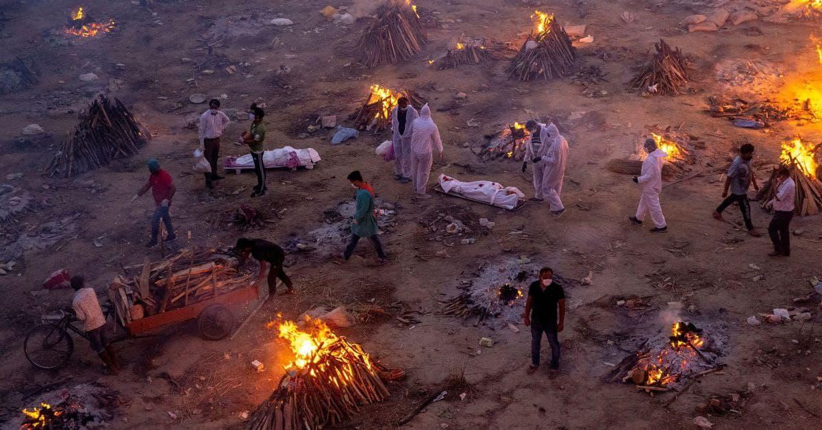 В Индии начали массово сжигать скончавшихся от COVID-19 – фото