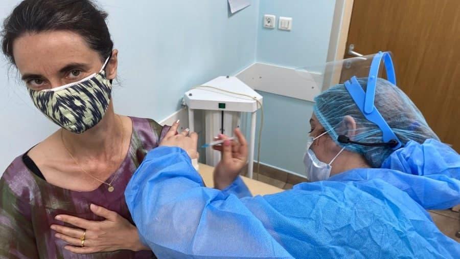 Постоянный координатор ООН в Узбекистане привилась вакциной AstraZeneca