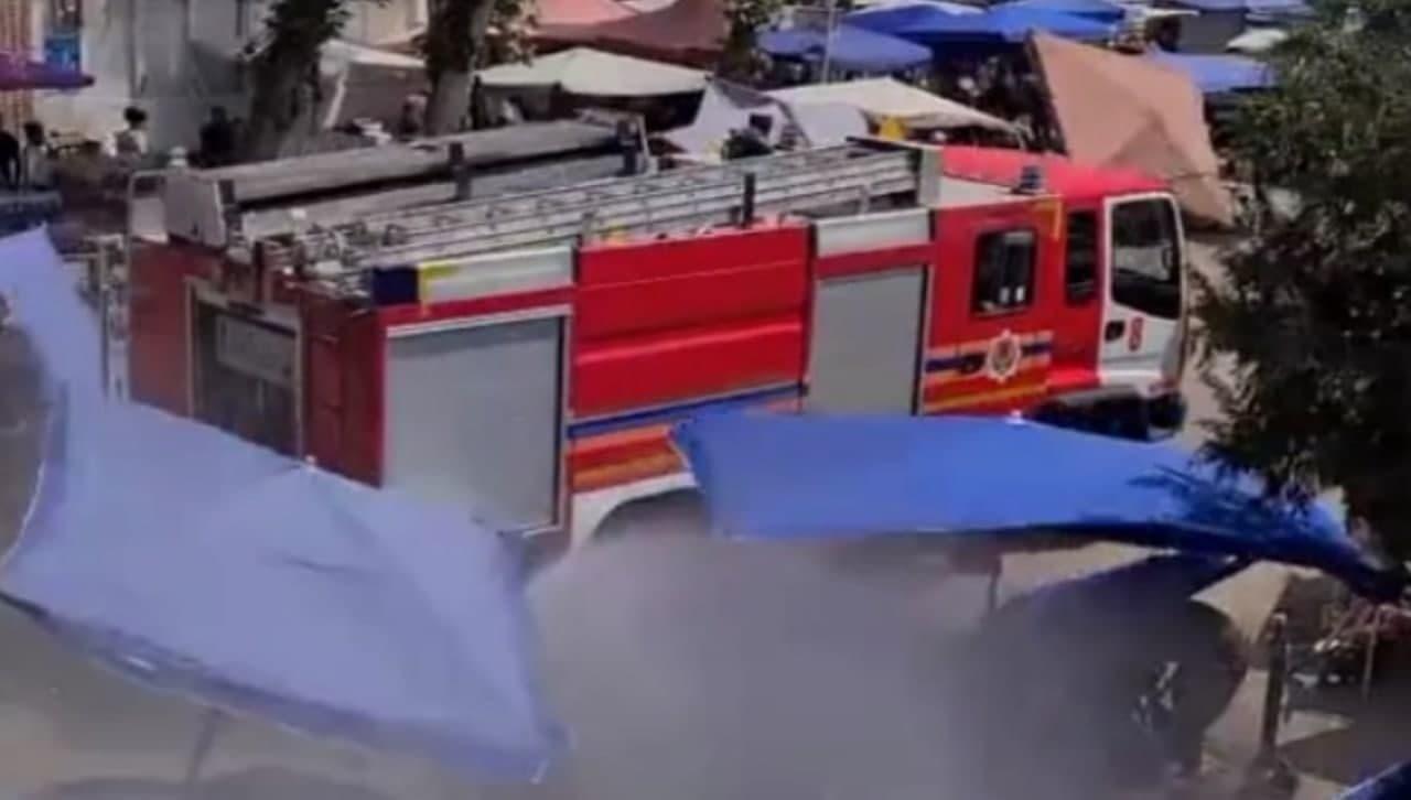 Узбекистанцев поливали водой из шлангов пожарной машины