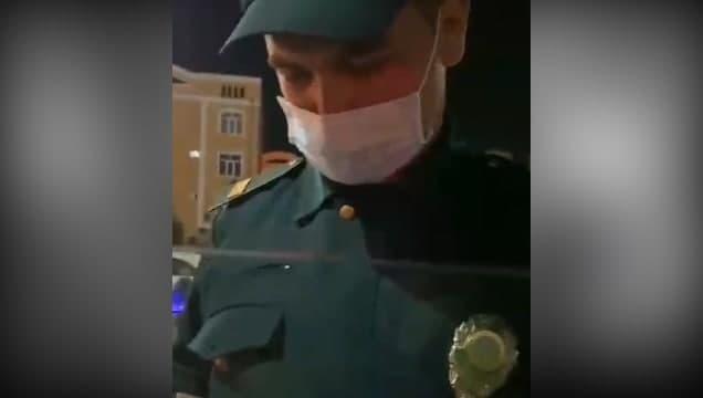 В Андижанской области водитель возмутился отсутствием бодикамеры у сотрудника ДПС и его грубым отношением — видео