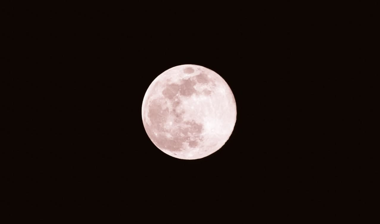 Небо, звезды и розовая луна: необычное явление суперлуние – фото