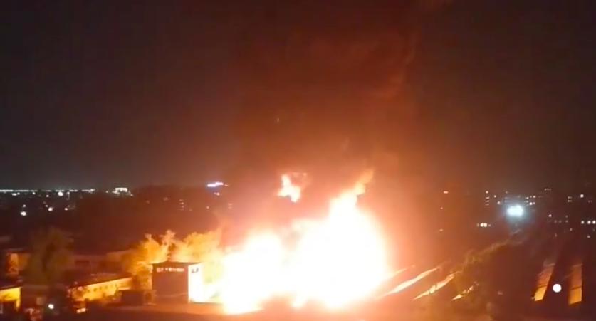 В столице загорелся цех по производству синтепона — видео