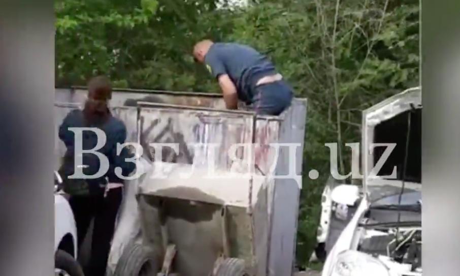 Двое узбекистанцев собирали макулатуру в форме ОВД — видео