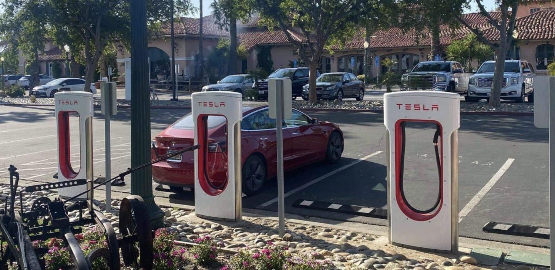 Tesla построит самые большие зарядные станции для электромобилей в мире