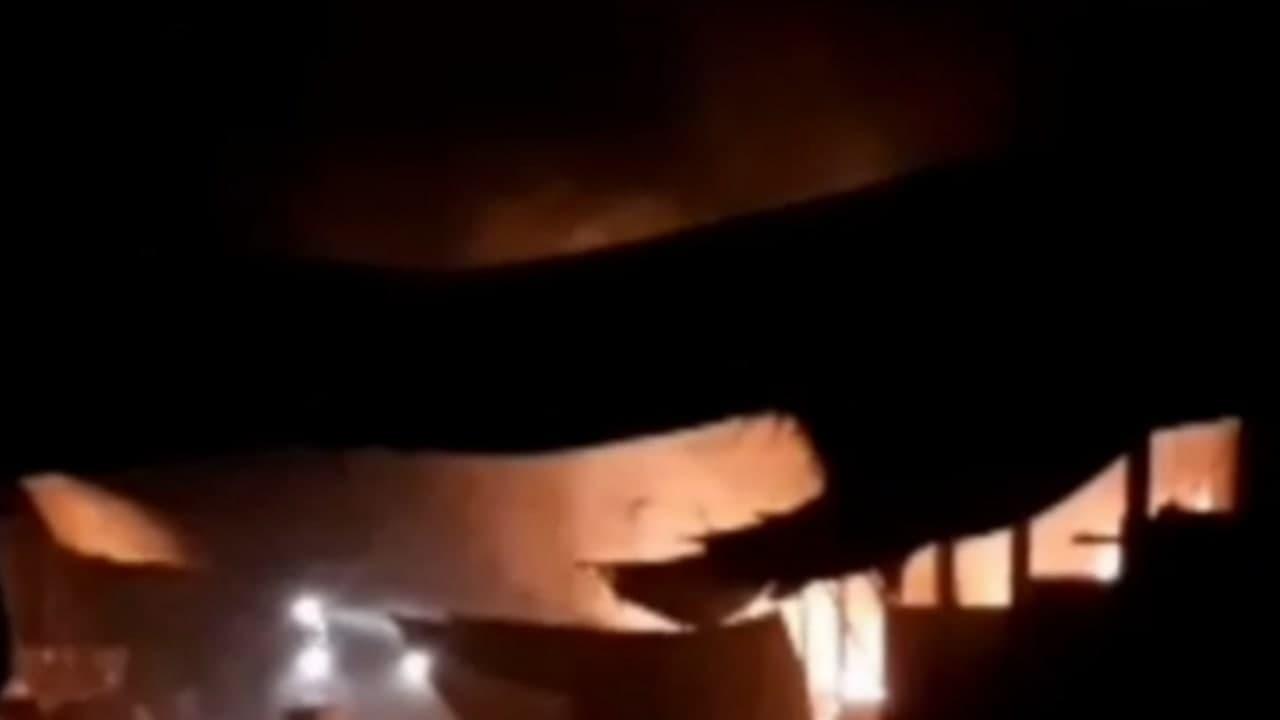 На рынке в Хорезмской области сгорели три магазина — видео