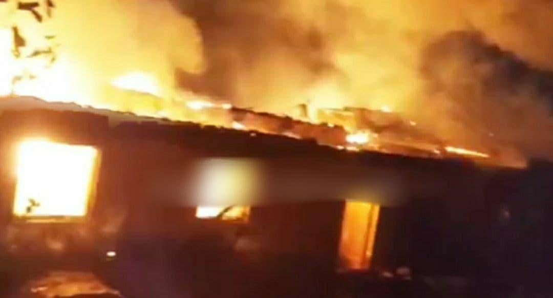 В Самарканде загорелось несколько домов – видео