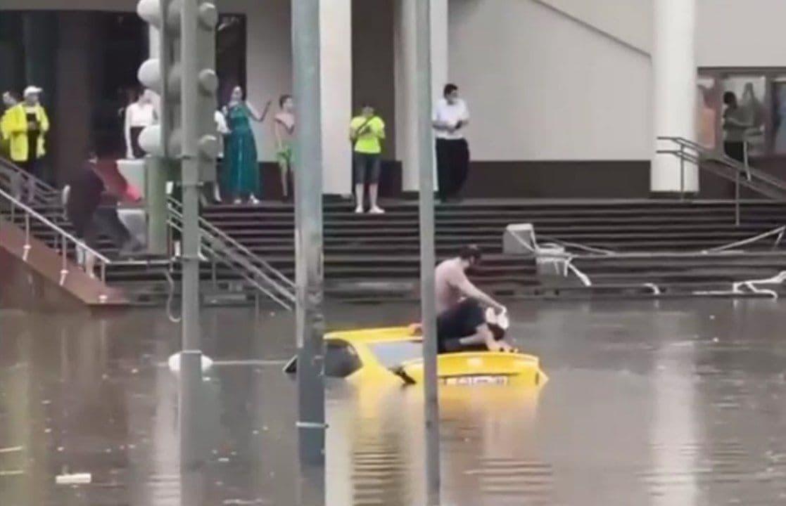 Москву затопило: сильное стихийное бедствие обрушилось на столицу России – видео