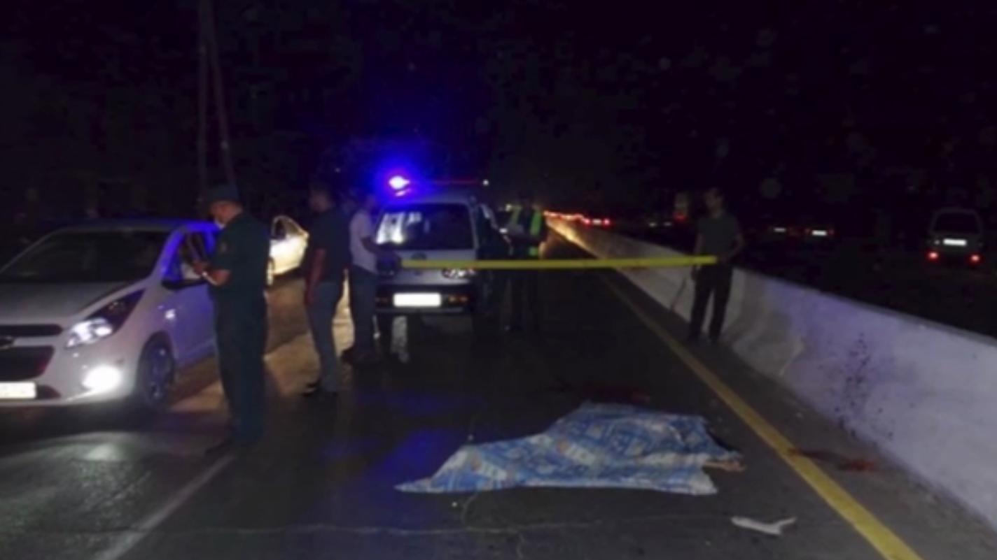 В Ташобласти Nexia переехала лежащего на земле пешехода — видео