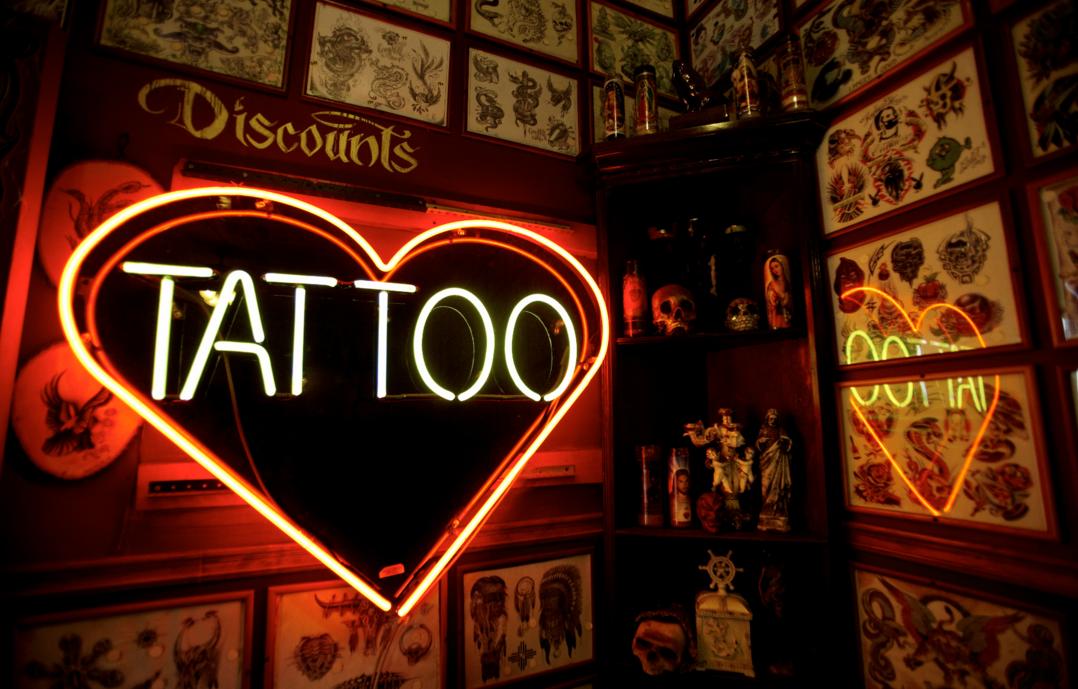 Сколько зарабатывают мастера татуировок? Почему после карантина все побежали в тату-салон? Отчего зависит стоимость тату? Задаём вопросы мастеру татуировки и узнаём тонкости работы